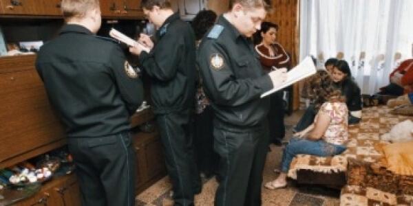 Что могут описать и арестовать судебные приставы за долги: на какое имущество имеют право наложить арест и изъять, забрать квартиру должника
